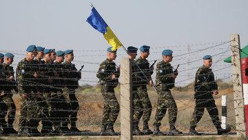 Украинские десантники на военных учениях. Архивное фото