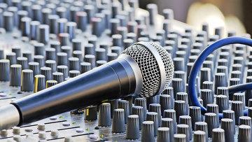 Микрофон и звуковая система. Архивное фото