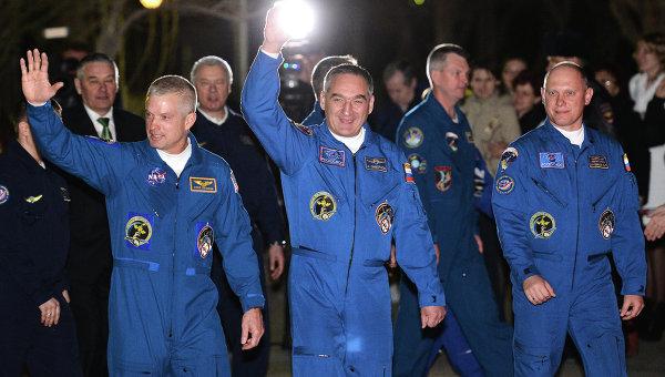 Члены экипажа экспедиции на Международную космическую станцию (МКС) астронавт НАСА Стивен Свонсон и космонавты Роскосмоса Александр Скворцов, Олег Артемьев (слева направо). Архивное фото