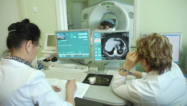 Врачи обследуют пациента. Архивное фото