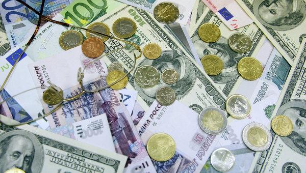 Денежные купюры и монеты: доллары США, евро, рубли