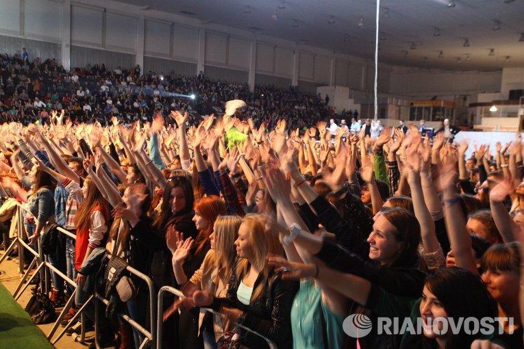 Зрители на концерте группы Звери в Томске