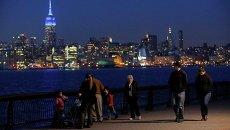 Эмпайр-стейт-билдинг подсвечено синими прожекторами в рамках акции Light It Up Blue