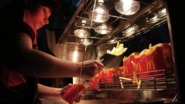 Работник ресторана быстрого питания Макдоналдс. Архивное фото
