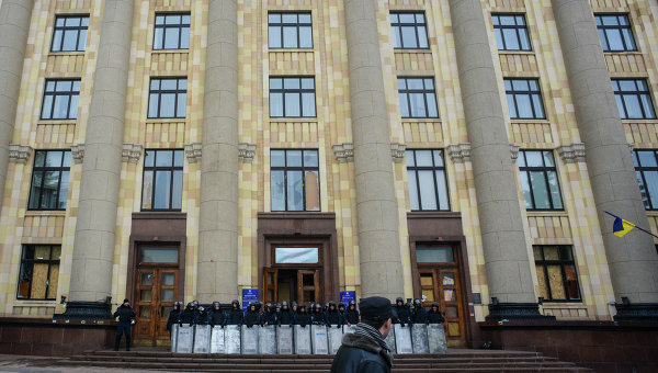 Сотрудники правоохранительных органов дежурят у входа в здание областной администрации в Харькове. Архивное фото