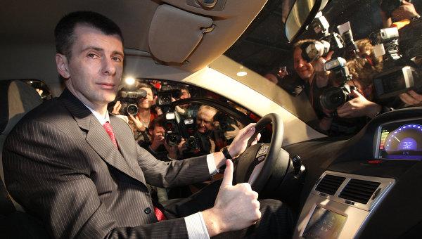 Владелец группы ОНЭКСИМ Михаил Прохоров сидит за рулем Ё-мобиля. Архив