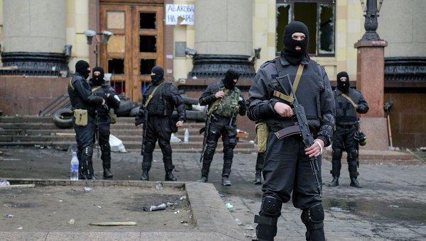 Сотрудники спецслужб возле здания областной администрации в Харькове