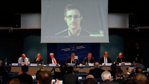 Эдвард Сноуден общается с помощью видео-конференции во время слушаний в Совете Европы в Страсбурге. 8 апреля 2014