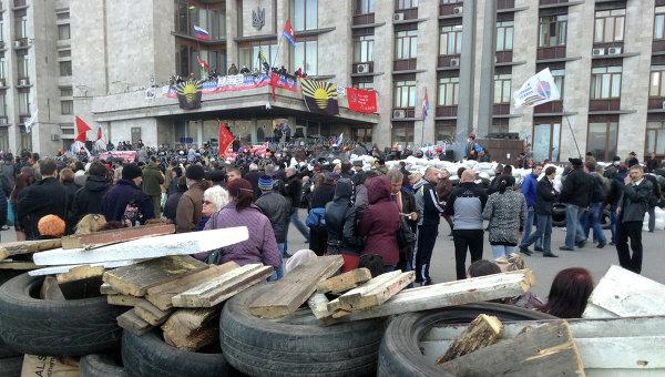 Митингующие у здания Областной государственной администрации Донецка. Архивное фото