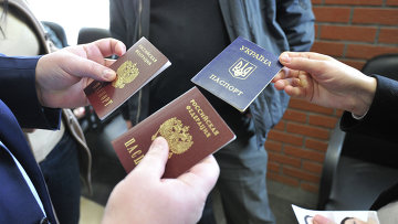 Оформление паспортов граждан РФ жителям Крыма, архивное фото