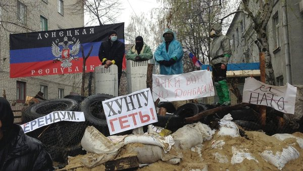 Сторонники референдума за федерализацию Украины у здания районного отделения внутренних дел (РОВД) в городе Славянске. Архивное фото