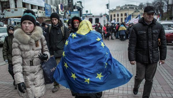 Женщина, обернувшаяся во флаг ЕС, идет по Крещатику в Киеве. Архивное фото