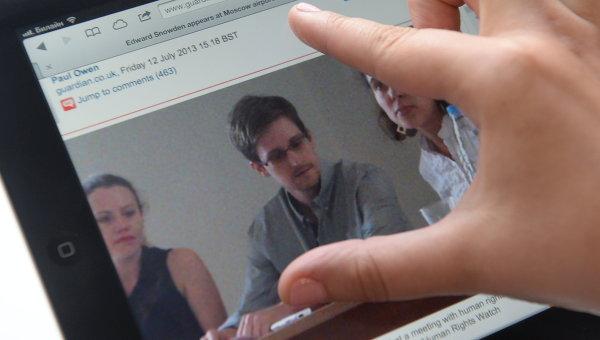 Журналист смотрит на экран компьютера, на котором открыта фотография экс-сотрудника ЦРУ Эдварда Сноудена, Архивное фото