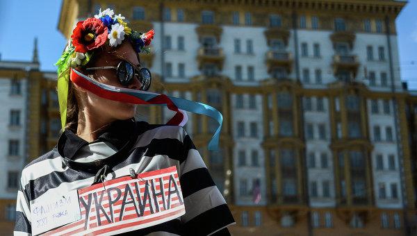 Девушка с надписью Украина на груди, архивное фото