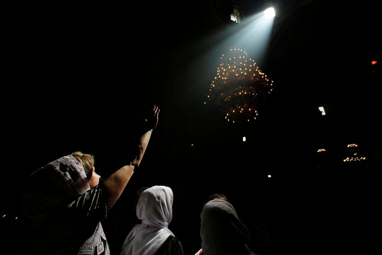 Верующие во время схождения Благодатного огня в храме Гроба Господня в Иерусалиме