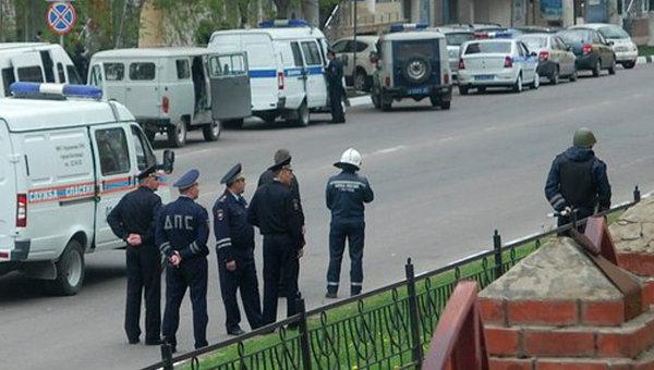 Сотрудники правоохранительных органов рядом со зданием банка Западный в Белгороде