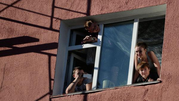 Студенты выглядывают из окна общежития. Архивное фото