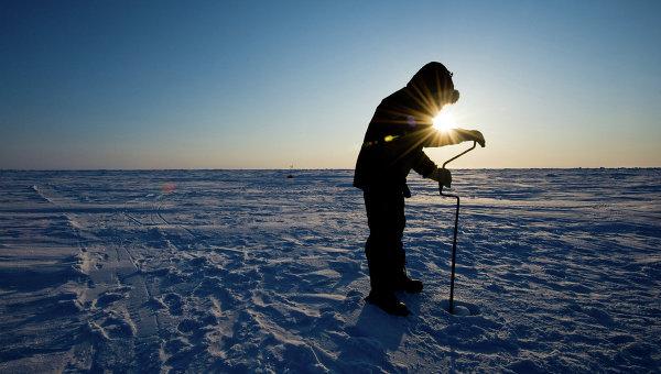 Российский ученый бурит лед для взятия пробы. Архивное фото