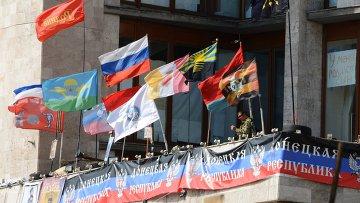 Флаги на здании областной государственной администрации города Донецка