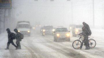 Во время сильного снегопада в Челябинске. Архивное фото