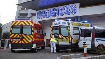 Машины скорой помощи возле больницы, где проходит лечение Михаэля Шумахера. Гренобль, Франция