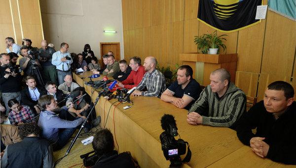 Задержанные ополченцами офицеры из стран ОБСЕ и народный мэр Славянска Вячеслав Пономарев на пресс-конференции в Славянске