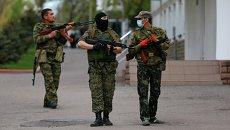 Представители самообороны возле здания МВД в Луганске. Архивное фото