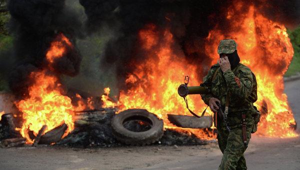 Представитель сил самообороны Славянска на одном из блокпостов при въезде в Славянск