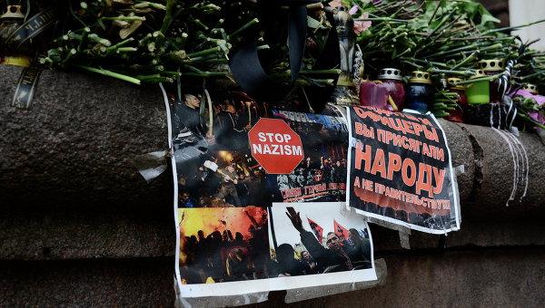 Цветы в память о погибших в результате пожара в Доме профсоюзов на площади Куликово поле в Одессе
