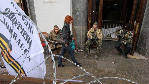 Бойцы народного ополчения у здания областной администрации в Луганске. Архивное фото