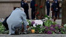 Цветы в память о погибших в результате пожара в Доме профсоюзов на площади Куликово поле в Одессе. Архивное фото