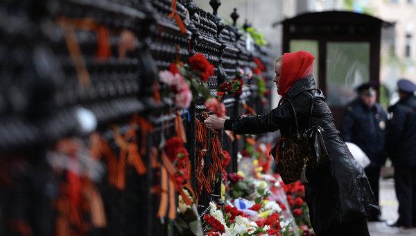 Москвичи возлагают цветы у посольства Украины, выражая скорбь по поводу гибели людей в Одессе