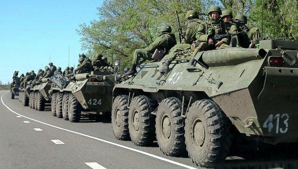 Колонна российских БТР на окраине города Белгорода недалеко от российско-украинской границы