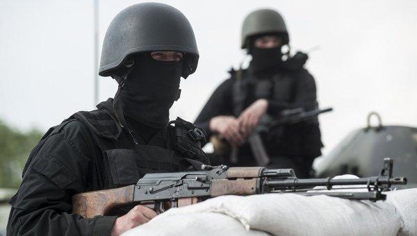Украинские военнослужащие на КПП у города Славянска на востоке Украины