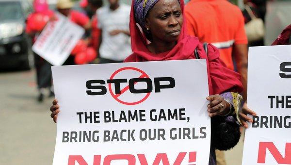 Участница акции требует освобождения похищенных в Нигерии школьниц