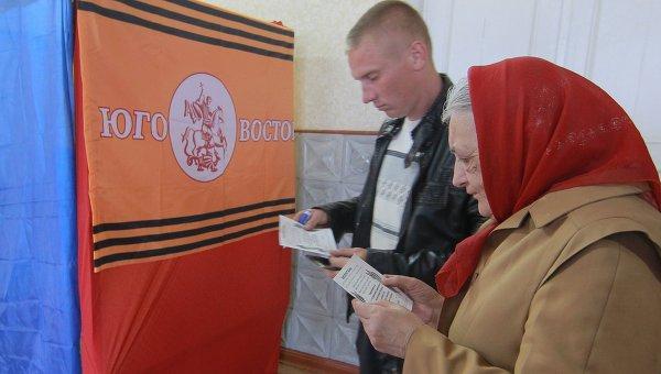 Местные жители изучают бюллетени для голосования на референдуме о статусе Луганской области на избирательном участке в селе Самсоновка под Луганском.