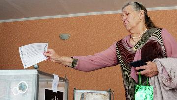 Жительница Донецка голосует на референдуме о статусе самопровозглашенной Донецкой народной республики. Архивное фото
