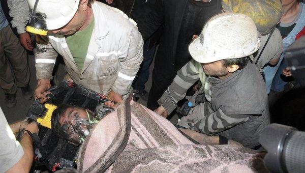 Турецкие спасатели вытаскивают на поверхность раненого горняка