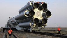 Вывоз ракеты Протон-М со спутником на стартовый комплекс. Архивное фото