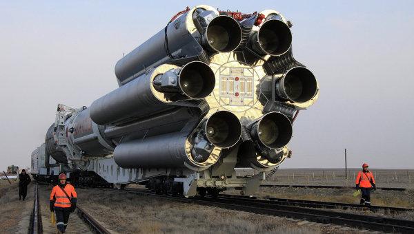Вывоз ракеты Протон-М со спутником на стартовый комплекс
