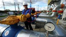 Работник Газпрома на газохранилище. Архивное фото