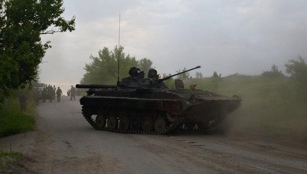 Одна из БМП, захваченная бойцами народного ополчения на окраине города Лисичанска