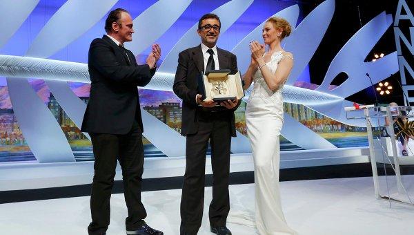Квентин Тарантино и Ума Турман вручают Золотую пальмовую ветвь за лучший фильм турецком режиссеру Нури Бильге Джейлану