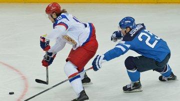 Нападающий сборной России Виктор Тихонов (слева) и форвард финской сборной Пекка Йормакка