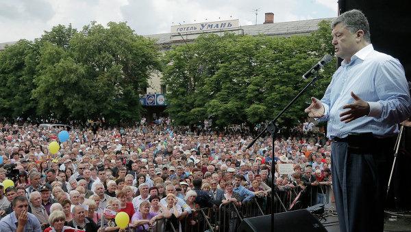 Кандидат в президенты Украины Петр Порошенко выступает перед своими сторонниками во время митинга в Умани. Архивное фото