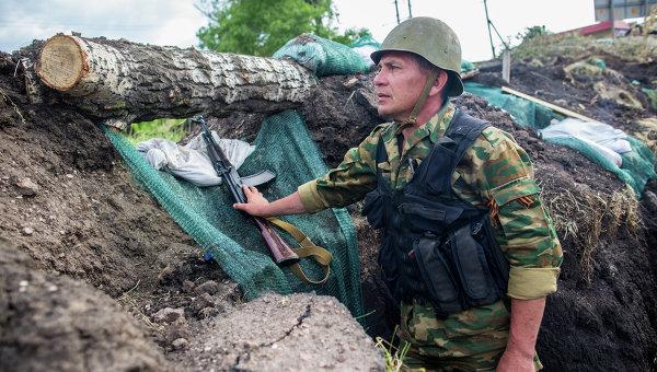 Бойцы ополчения в окопе после окончания артобстрелав в поселке Семеновка Донецкой области