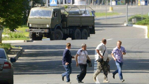 Мирные жители убегают от международного аэропорта Донецка. 26 мая 2014