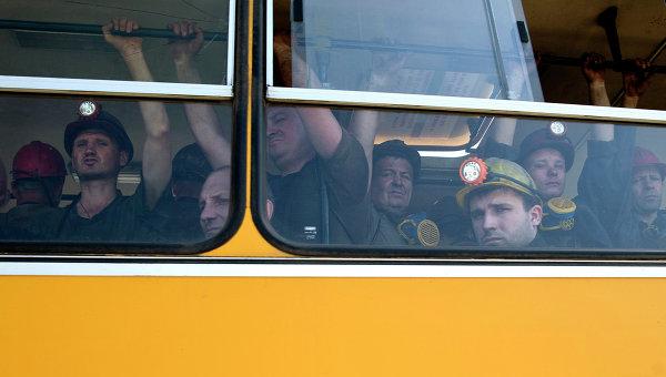 Украинские шахтеры в автобусе перед началом рабочей смены. Архивное фото