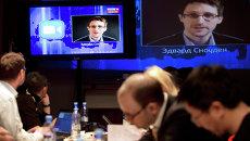 Эдвард Сноуден на экранах телевизоров, апрель 2014. Архивное фото