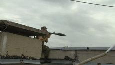 Ополченцы с автоматами и РПГ штурмовали здание погранслужбы под Луганском